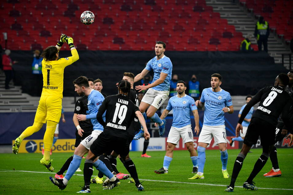 Gladbachs Torwart Yann Sommer faustet den Ball aus der Gefahrenzone.