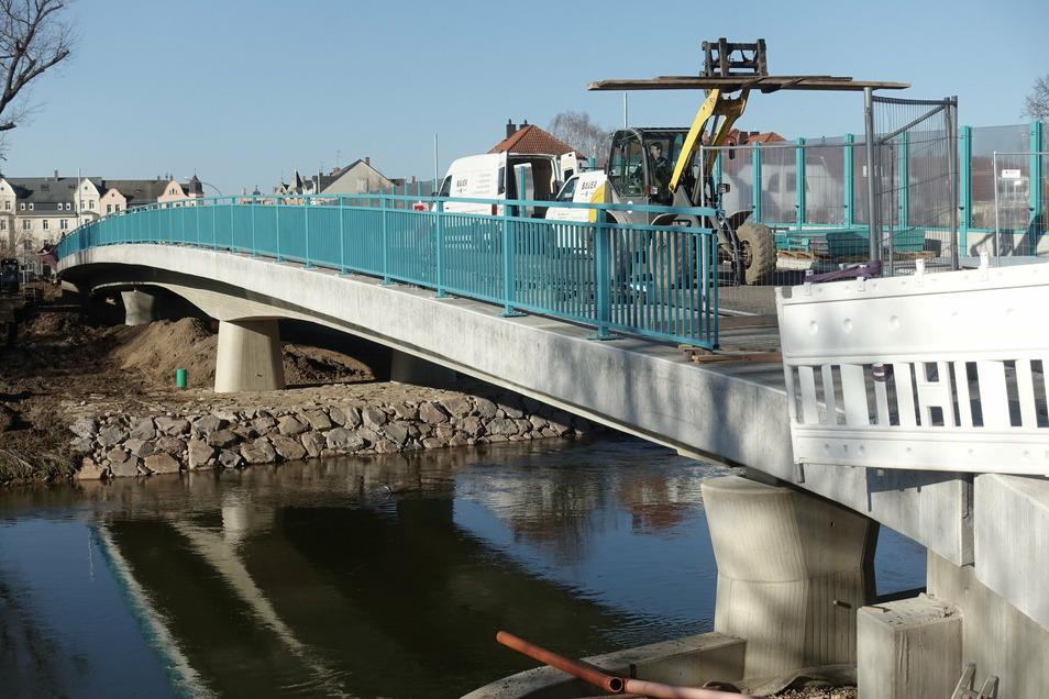 Die Brücke Schillerstraße sieht ziemlich fertig aus, sie ist es aber noch nicht. Eigentlich war dafür Ende vorigen Jahres angepeilt. Einen neuen Termin gibt es noch nicht.