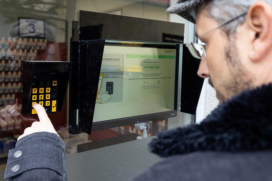 Ankunft am automatischen Laden. Um die Tür zu öffnen, gibt man zunächst die Telefonnummer seines Handys am Terminal ein.
