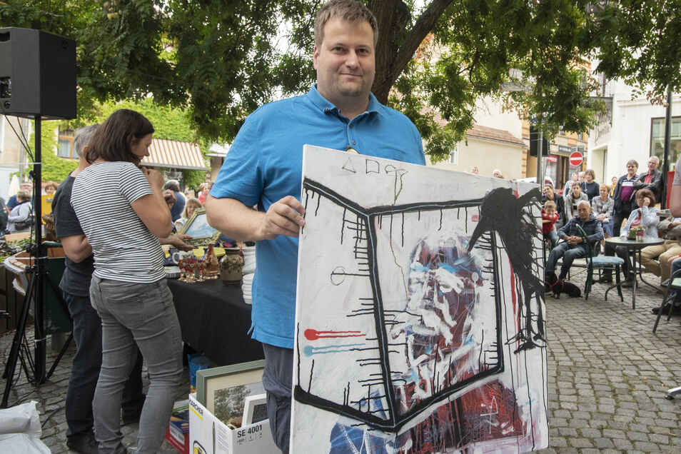 Zum Ersten, zum Zweiten, zum Dritten – Alex Theile ersteigerte für 195 Euro ein Krabat-Bildnis von Thomas Kern.