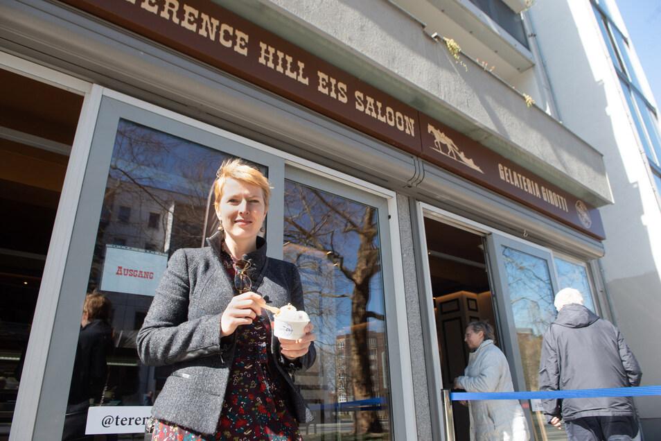 In der Terence Hill Eisdiele gibt es Eis im Straßenverkauf.