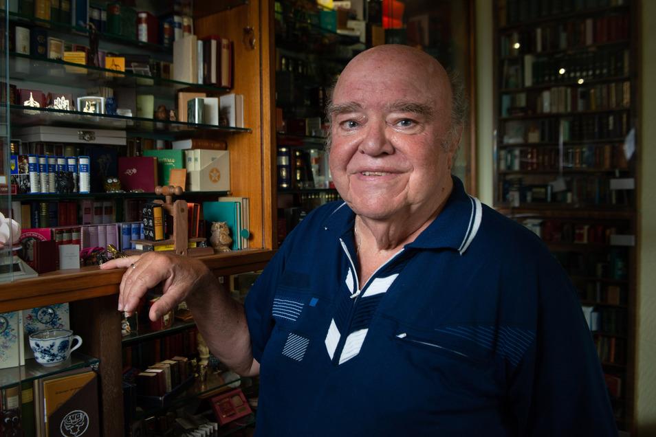 Eine Wohnung wie eine Mäuse-Bibliothek: Rund 14.000 Miniatur-Bücher aus aller Welt hält Walter Staufenbiel in seinen Vitrinen in Ehren.