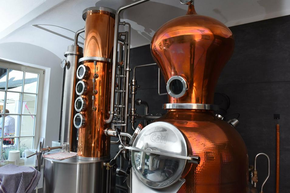 In dieser Anlage destilliert Holger Stein die Edelbrände. Für drei Liter reinen Alkohol braucht er 100 Kilogramm Obst. Er stellt sortenreine Brände, überwiegend aus Äpfeln, Birnen oder Zwetschgen, her.