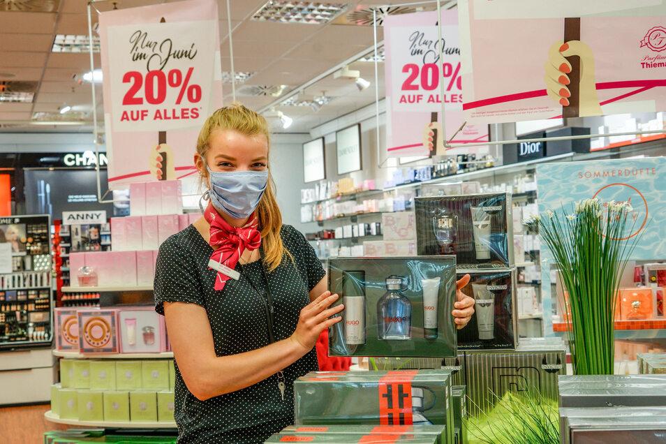 Parfüm bald billiger? Mirjam Moschke sortiert in der Filiale der Parfümerie Thiemann im Bautzener Kornmarktcenter die Warenauslage. Ab Juli gilt ein reduzierter Mehrwertsteuersatz. Viele Händler geben den Vorteil an die Kunden weiter.