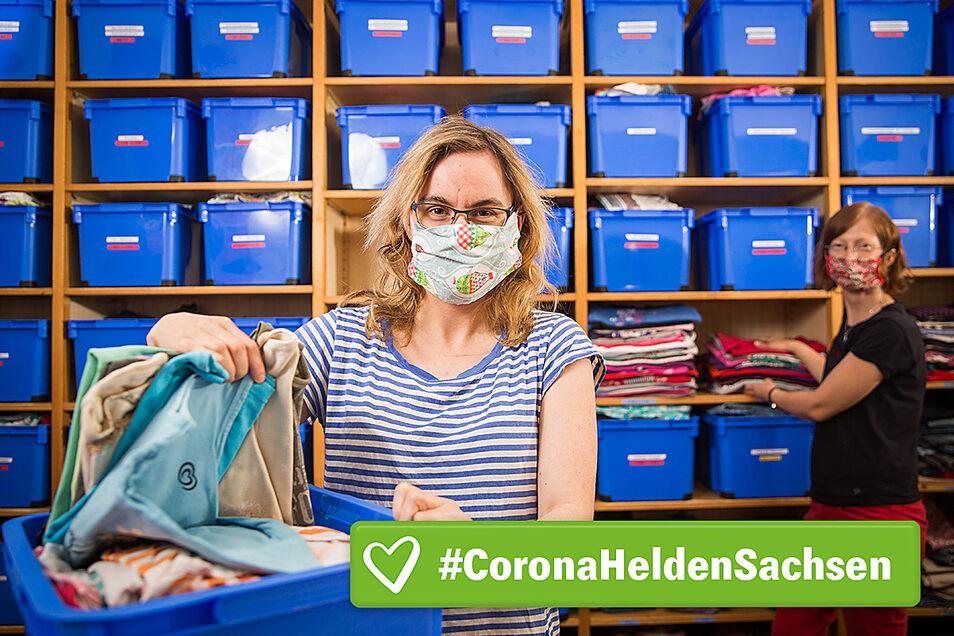Saskia Schöbel (l.) hilft einmal pro Woche in der Kleiderkammer des Vereins Kaleb auf der Bautzner Straße 52 aus. Annegret Mühl vom Verein koordiniert dort den Einsatz der Ehrenamtler.