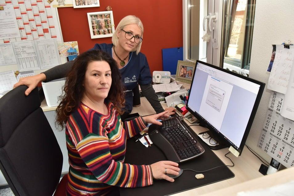 Die beiden Junior-Chefinnen Dana Seng (hinten) und Isabell Kästner ärgern sich über das langsame Internet in Schmiedeberg.