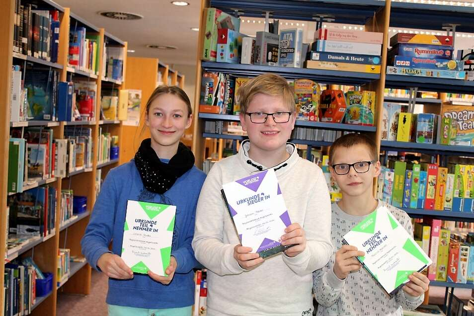 Johann Pahler (Bildmitte) vom Förderzentrum für Körperbehinderte in Hoyerswerda gewann den Siegerpokal. Leonie Duda (links) und Pascal Hensel wurden Zweite.