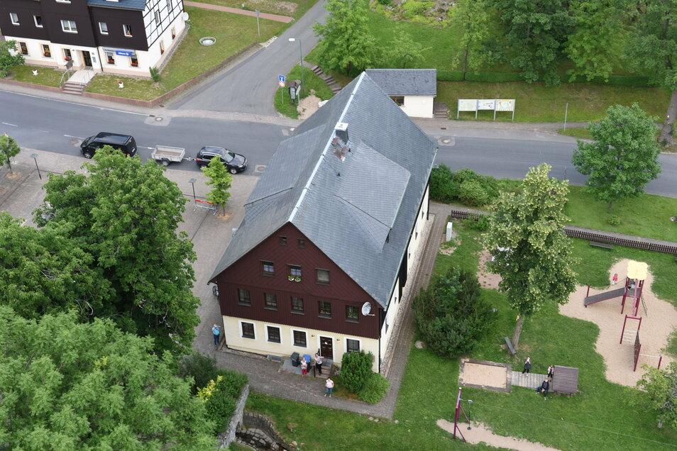 Ein Blick vom Kirchturm auf das Gemeindeamt in Hermsdorf im Erzgebirge. Hier wird im Mai ein neuer Bürgermeister gewählt.
