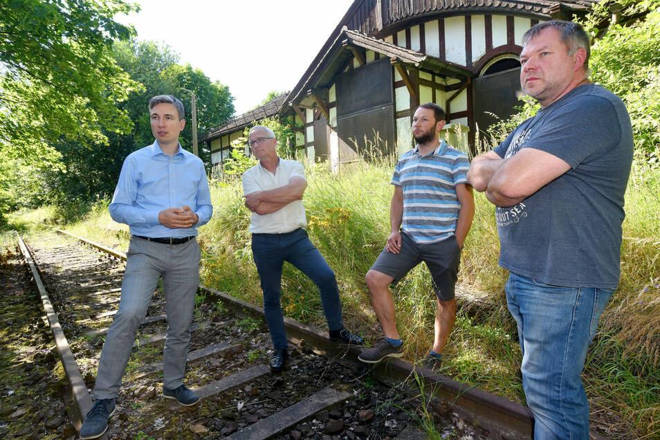 Stephan Kühn (links) am Bahnhof Obercunnersdorf im Juli dieses Jahres: Der Grünen-Politiker wirbt für die Wiederbelebung der Herrnhuter Bahnstrecke.