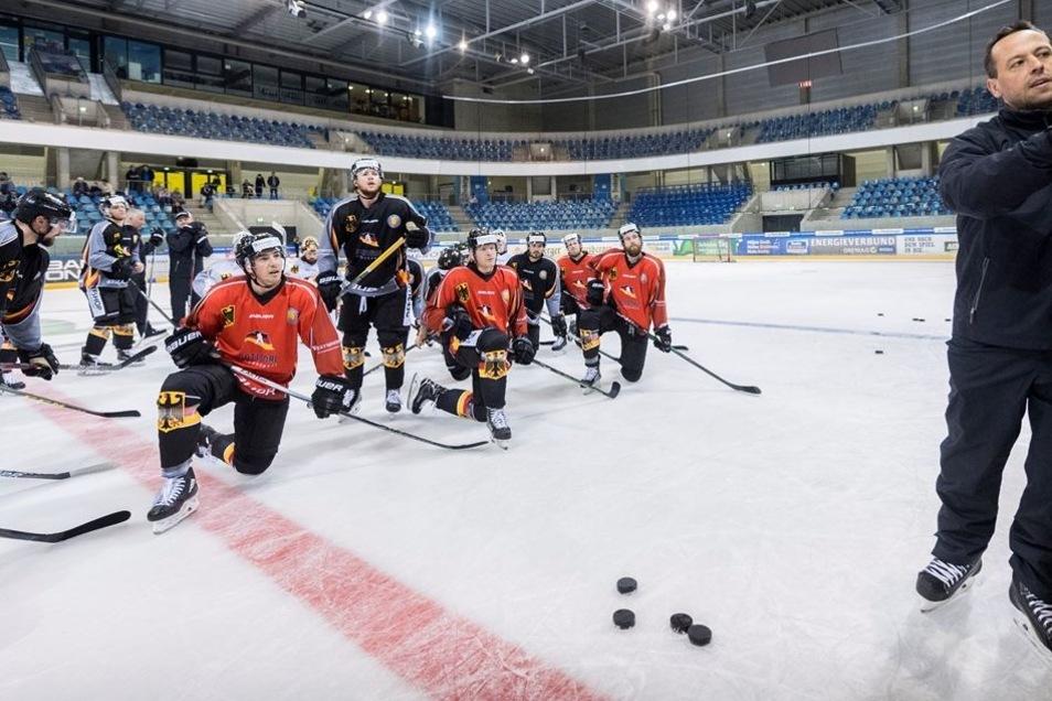Eishockey-Bundestrainer Marco Sturm erklärt an der Taktiktafel die nächste Übung. In Dresden hat sich das Team eine Woche lang auf die WM vorbereitet.