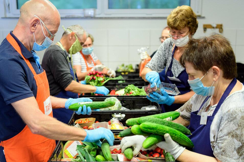 Helfer sortieren vor Beginn der Ausgabe bei der Potsdamer Tafel die Lebensmittel-Spenden aus den Supermärkten.