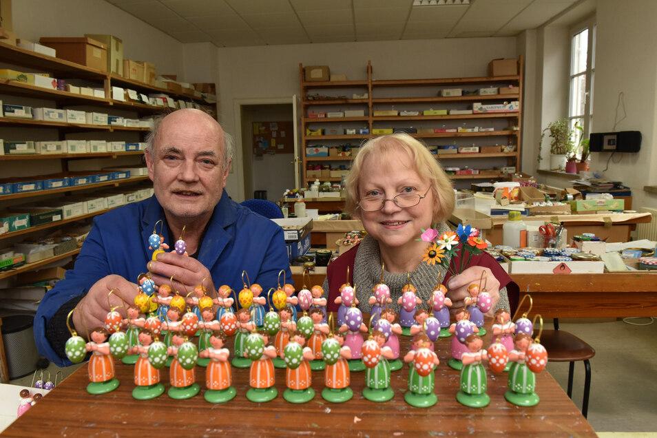 Eva und Thomas Fröde haben hier ein Tablett mit Ostermädchen für den Versand vorbereitet.