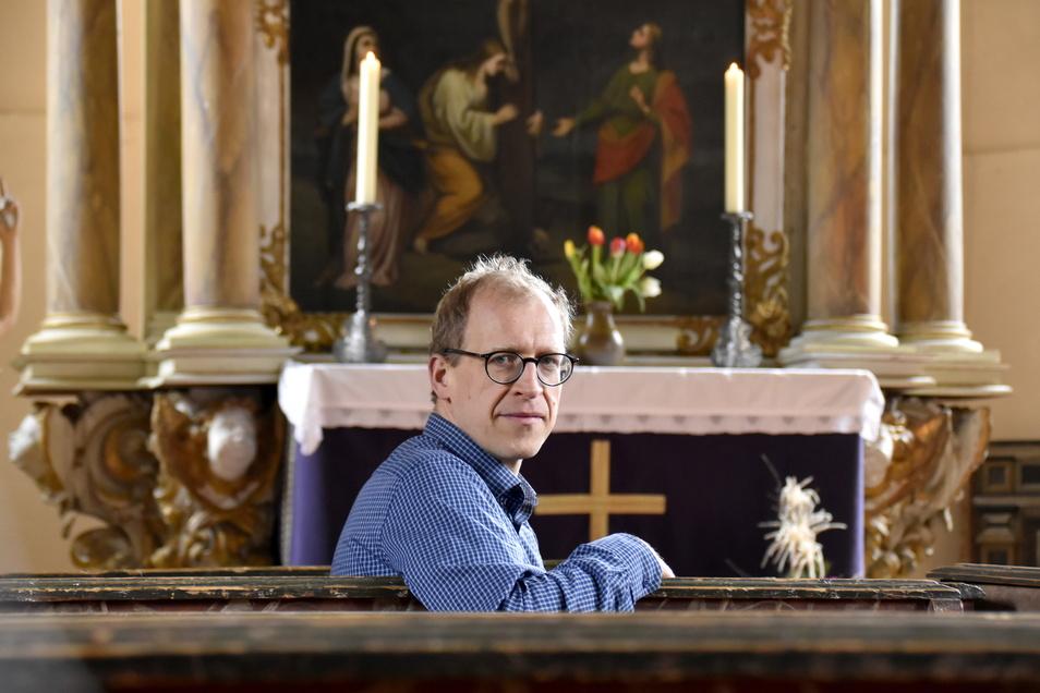 Pfarrer Johannes Schreiner in der Kirche Großerkmannsdorf. Hier feiert er am Sonntag um 5.30 Uhr die Osternacht.