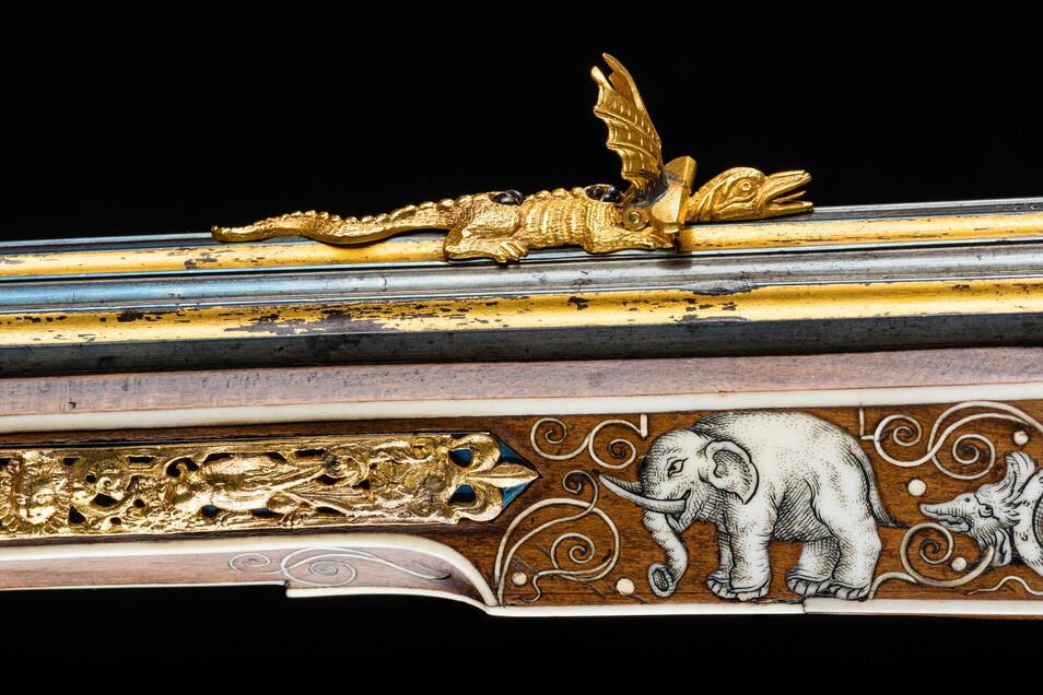 Waffen als Kunstwerke: Diese Radschlossbüchse – hier Details von Schaft und Visier – stammt von 1611.