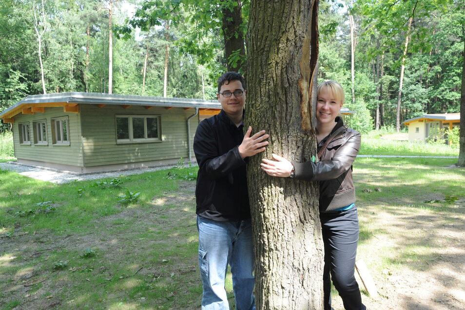 Nach der Jahrtausendwende hat sich vieles getan im Waldschulheim. Neben einem Unterkunftsgebäude entstand das Waldhaus vor dem Marco Gerlach und Elisa Hirche vom Regimentsspielmannszug Görlitz posieren. Der Spielmannszug war im Juni 2009 zu Gast in Stanne