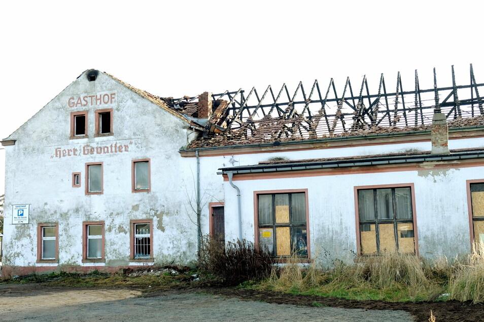 Der Dachstuhl über dem Saal ist komplett abgebrannt, auch auf das Dach des Haupthauses griff das Feuer über.