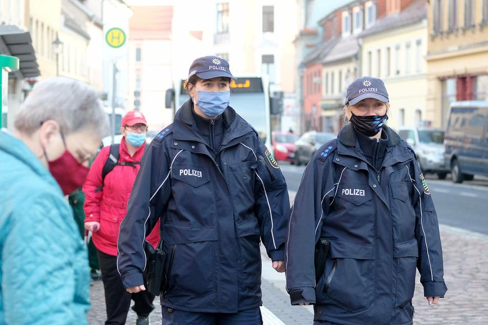 Helfen schussligen Bürgern mit freundlichen Hinweisen auf die Sprünge: Polizeihauptmeisterin Ramona Lundershausen und Polizeihauptmeisterin Tatjana Iltzsche auf Streife in Meißen.