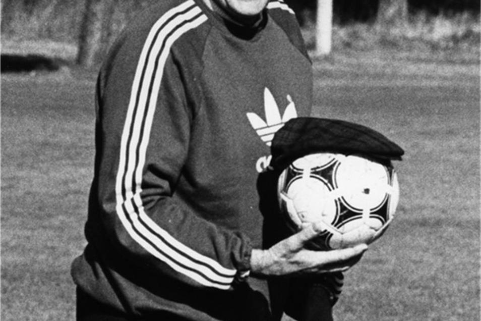 Ein Spaß am Rande: Fußball-Bundestrainer Helmut Schön posiert am 31. Mai 1978 im WM-Trainingslager in Ascochinga lachend für die Fotografen mit Ball und Mütze. Die deutsche Fußballnationalmannschaft bezog beim Weltmeisterschaftsturnier in Argentinien an diesem Tag Quartier in Ascochinga.