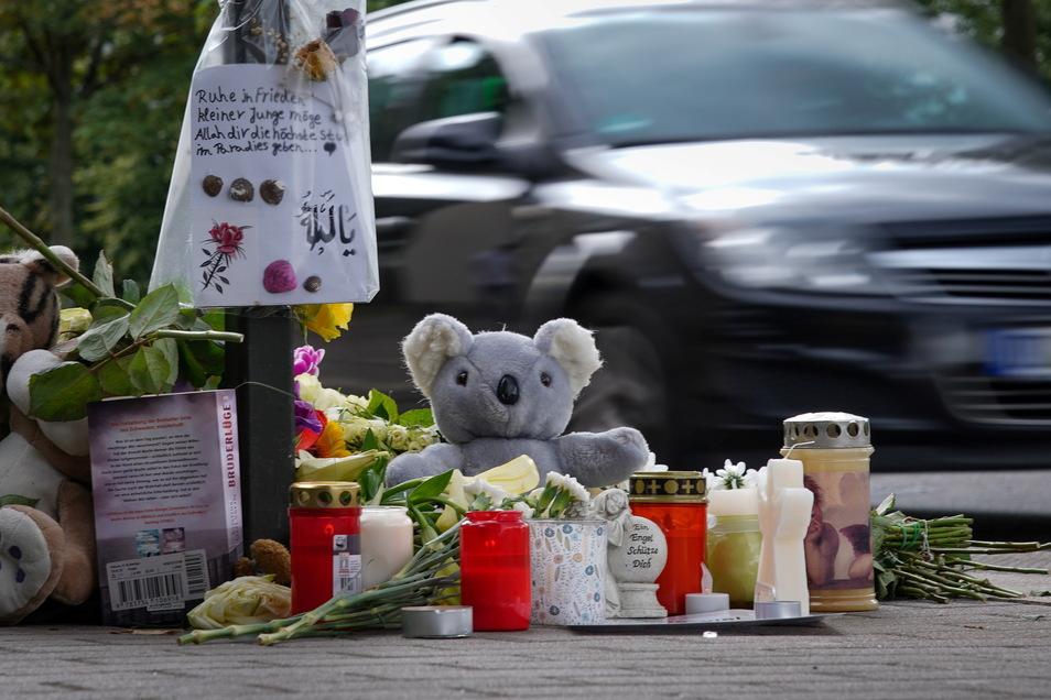 Blumen, Kerzen, Kuscheltiere und Abschiedsbriefe: Die Anteilnahme am Tod des Sechsjährigen, der im August 2020 von einem Auto erfasst wurde, war groß.