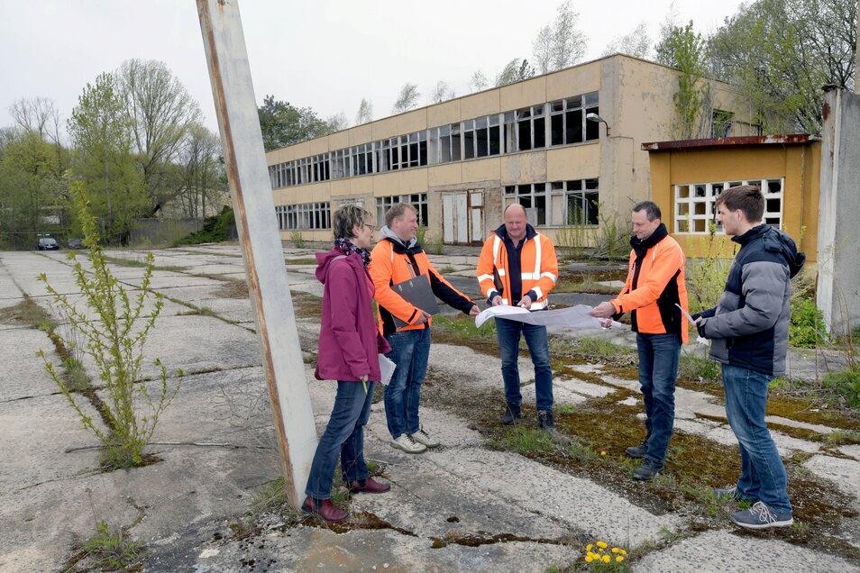 Hier wird abgerissen: Ingenieur Uwe Röllich (Mitte) zeigt Torsten Schulze (zweiter von rechts) und Andreas Peschel (zweiter von links) von der Bundesanstalt für Immobilienaufgaben eine Karte des Armeegeländes.