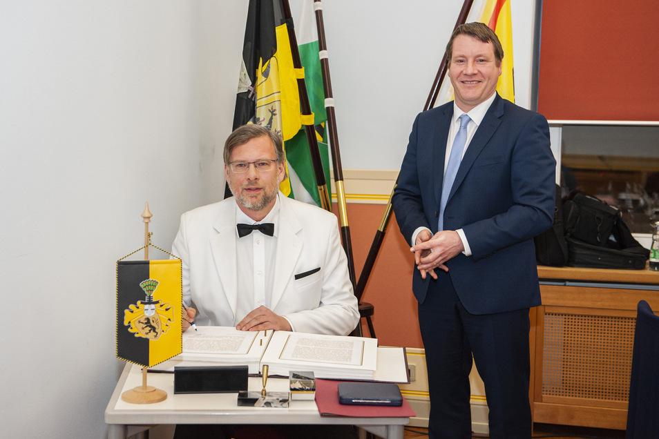 Kai-Uwe Schwokowski schreibt sich ins Goldene Buch der Stadt als neuester Träger der Kleinen Preusker-Medaille ein. Er bekam sie von Oberbürgermeister Sven Mißbach (r.) für seine Verdienste im Ehrenamt und verabschiedete sich vom Stadtrat.
