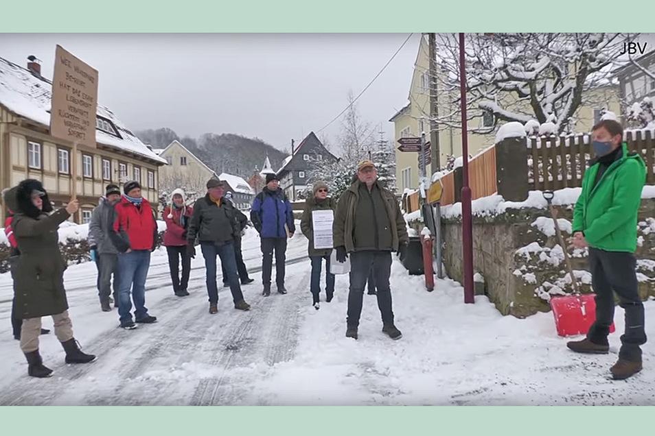So diskutierten die Kritiker staatlicher Corona-Maßnahmen am 10. Januar mit Ministerpräsident Michael Kretschmer bei ihrem unangekündigten Hausbesuch an seinem Zweitwohnsitz in Waltersdorf. Das Bild stammt aus einem Video der Kritiker.