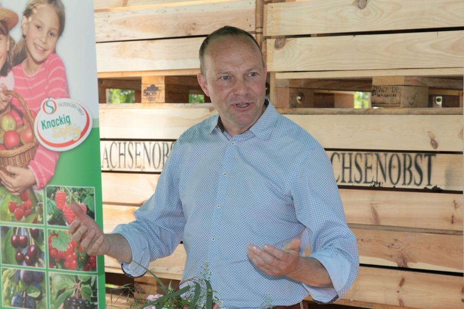 Sachsens Landwirtschaftsminister Wolfram Günther hat sich am Mittwoch nicht nur von der Qualität der sächsischen Erdbeeren in diesem Jahr überzeugt, sondern sich auch die Sorgen und Nöte der Obstauern angehört.