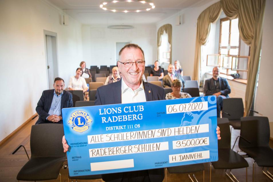 Helmut Dannehl übergab die Spende jetzt an Vertreter Radeberger Schulen. Es ist eine seiner ersten Amtshandlungen. Der 60-Jährige ist neuer Präsident der Radeberger Lions.