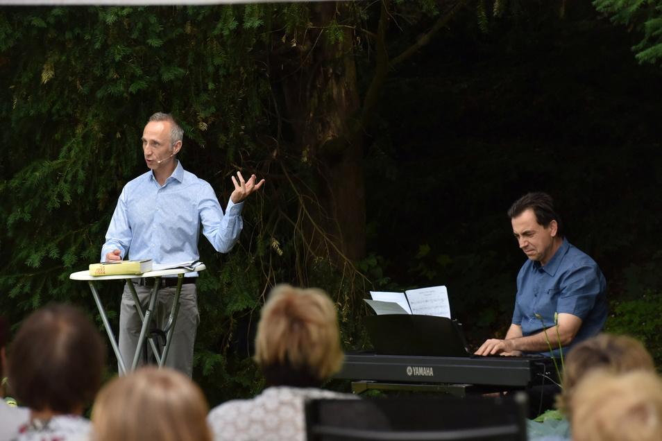 Uwe Becker (l.) und Christian Helm gehören mit Musik, Gedichten und Geschichten zu den Stammkünstlern auf der Gottleubaer Parkbühne.