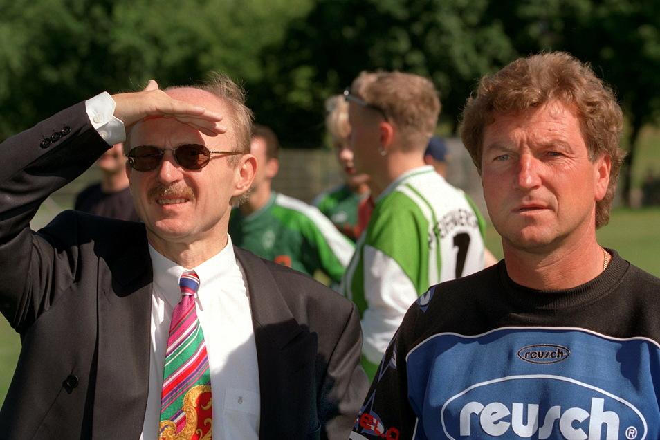 Hält Werder-Manager Willi Lemke (l.) hier Ausschau nach dem Charterflugzeug? Eine umstrittene Testspiel-Reise kostet Dörner 1997 den Job in Bremen.