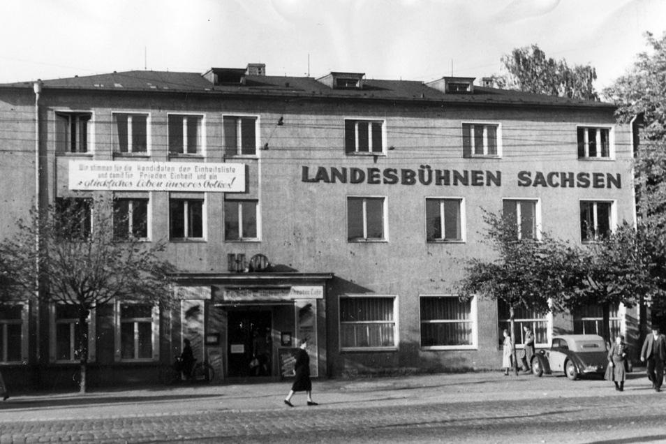 Die historische Aufnahme zeigt die Landesbühnen in den 1950er Jahren. Seit dem Umbau des Kino- und Tanzsaals zum Theatersaal ist es das Stammhaus.