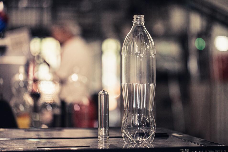 PET-Flaschen werden zunehmend aus Recyclingmaterialien hergestellt.