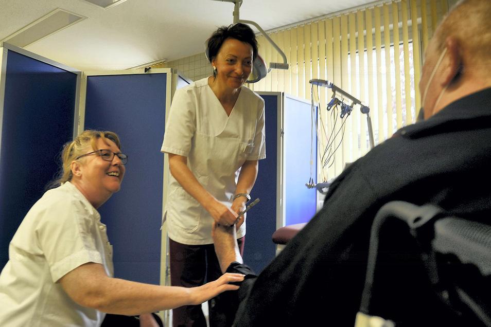 Sybille Schur (links) und Rommy Hemmo kümmern sich in der Praxis für Diabetologie mit um die Versorgung der Patienten, die nun in Weißwasser eine Anlaufstelle haben.