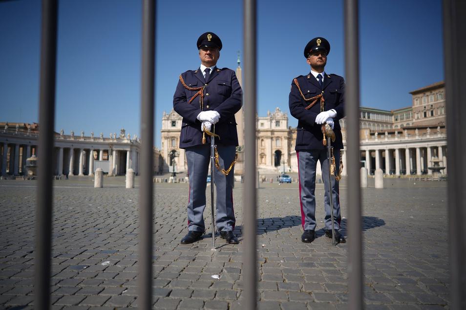 Zwei Carabinieri stehen auf einem leeren Petersplatz Wache.