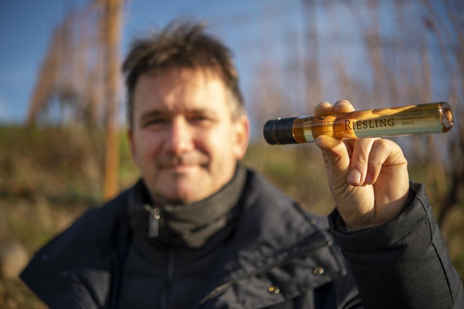 """Der Meißner Winzer Ricco Hänsch zeigt die mit Wein gefüllten """"Tubes"""". Bei den Glasröhren handelt es sich um eine Seltenheit in Sachsen, denn andere Winzer füllen ihre besonderen Spezialitäten standardmäßig nur in Flaschen ab."""