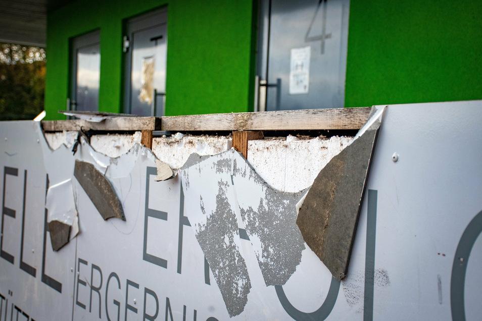 Auch Teile der Verkleidung des Sanitärgebäudes haben die Täter zerstört.