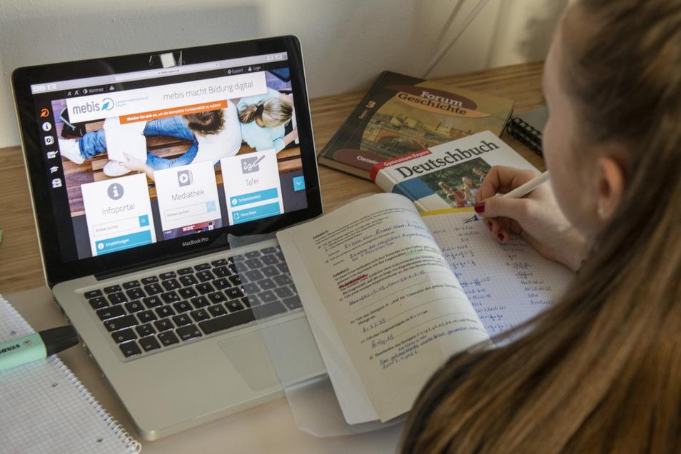 Eine Schülerin hat auf einem Laptop eine Lernplattform geöffnet. So können Kinder auch bei Schulschließungen digital unterrichtet werden.