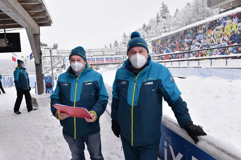 Der Dittersdorfer Heiko Gemeinert (links) und der Dresdner Matthias Sedlaczek sind seit 30 Jahren als Kampfrichter an der Altenberger Bobbahn im Einsatz.