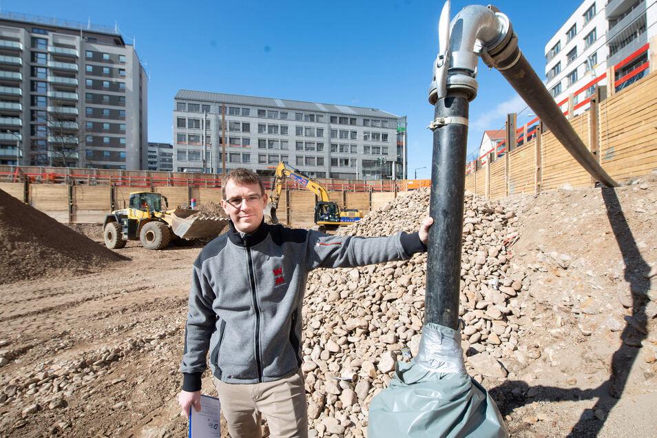 So sah die Baugrube der Annenhöfe noch vor zwei Monaten aus. Bauleiter Stefan Reim zeigt einen der sechs Brunnen, in denen das Grundwasser erfasst und dann über ein Leitungssystem abgepumpt wird.