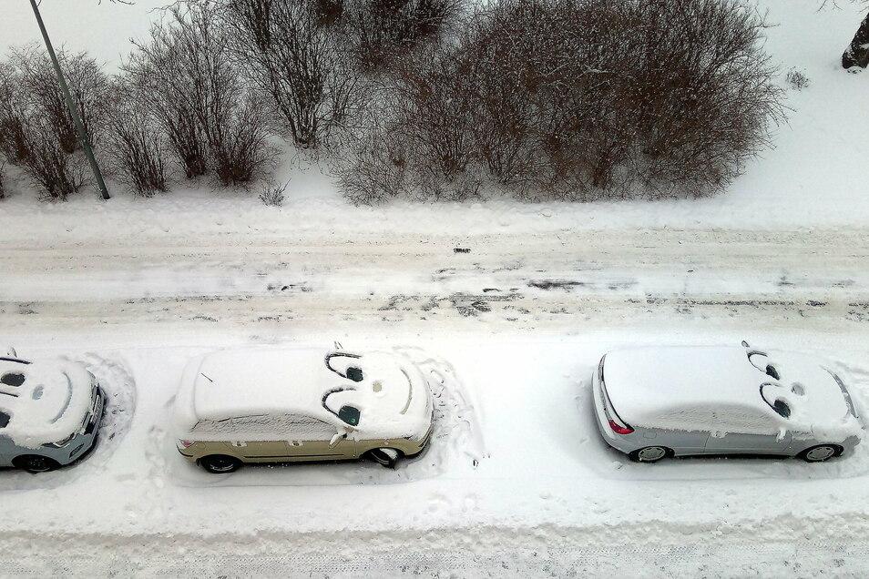 Lachende Autos in Görlitz: Ein Schelm hat hier parkende Autos verziert und wer weiß, vielleicht hat er den Fahrern am Morgen auch ein Lächeln ins Gesicht gezaubert.