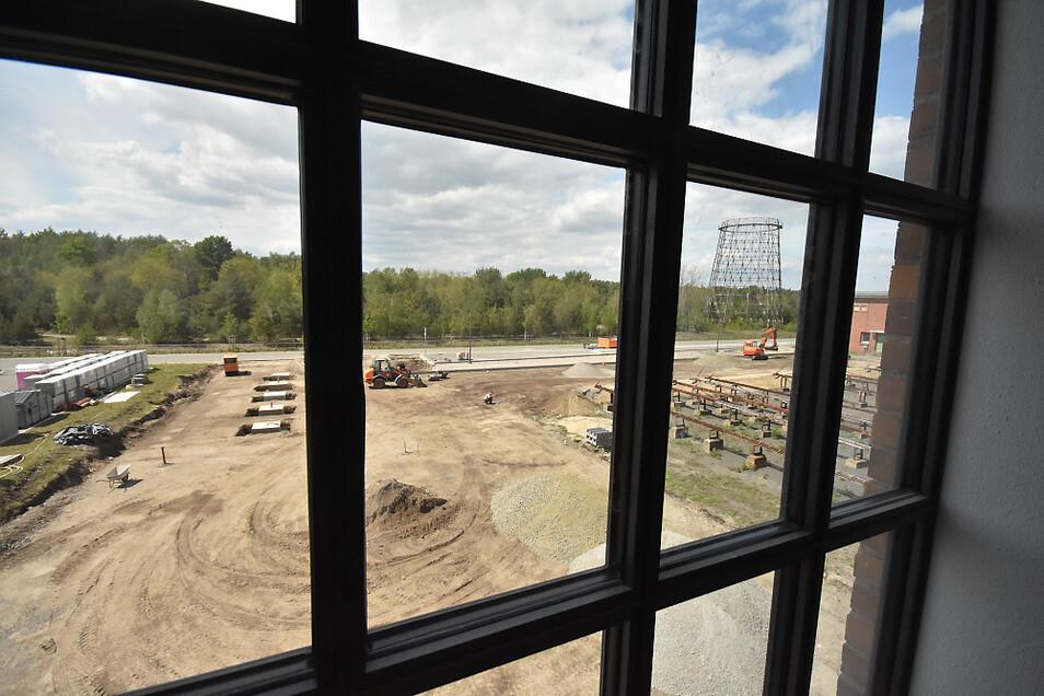 Blick aus der künftigen Dauerausstellung auf den künftigen Vorplatz am Museumseingang. Die Arbeiten laufen auf Hochtouren und liegen offenbar im Plan.