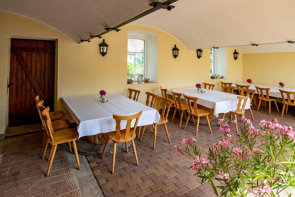 Die Küche und das Esszimmer sind Gemeinschaftsräume. In der Pension Kornkäfer in Kleinmockritz gibt es fünf Zimmer mit jeweils zwei bis vier Betten. In Mochau gibt es noch zwei Kornkäfer Ferienwohnungen mit Gemeinschaftslounge und Terrasse für insgesamt sieben Personen. Zu den Übernachtungsgästen gehören vorrangig Montagehandwerker.