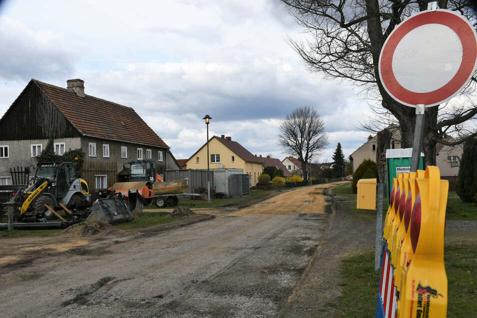 Der schadhafte Belag auf der Alten Muskauer Straße in Daubitz musste bereits der Fräse weichen. Nun können die Tiefbauarbeiten starten.