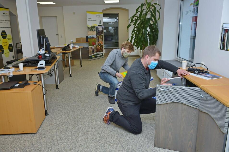 Markus Göldner und Marcel Borisch räumen das neue Büro an der Nossener Straße ein.