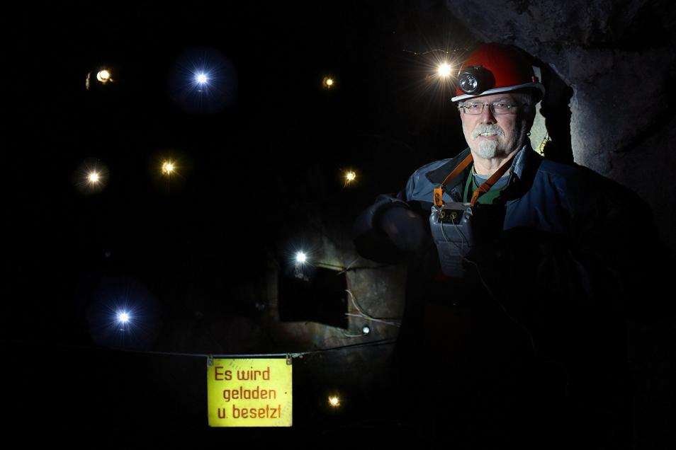 Klaus Lehmann arbeitet im Altenberger Schaustollen als ehrenamtlicher Führer. Am neu gestalteten Sprengort kann er demonstrieren, wie früher in der Grube das Gestein gesprengt wurde. Erstmals wird das Geschehen im Museum auch akustisch umrahmt.