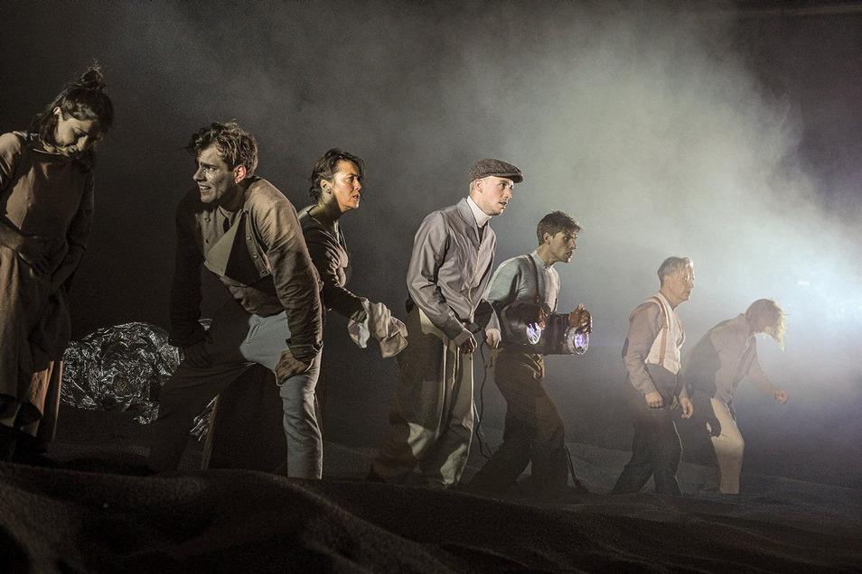 """Philipp Grimm (3.v.r.) in """"Früchte des Zorns"""", Schauspiel in drei Akten, nach dem Roman von John Steinbeck."""