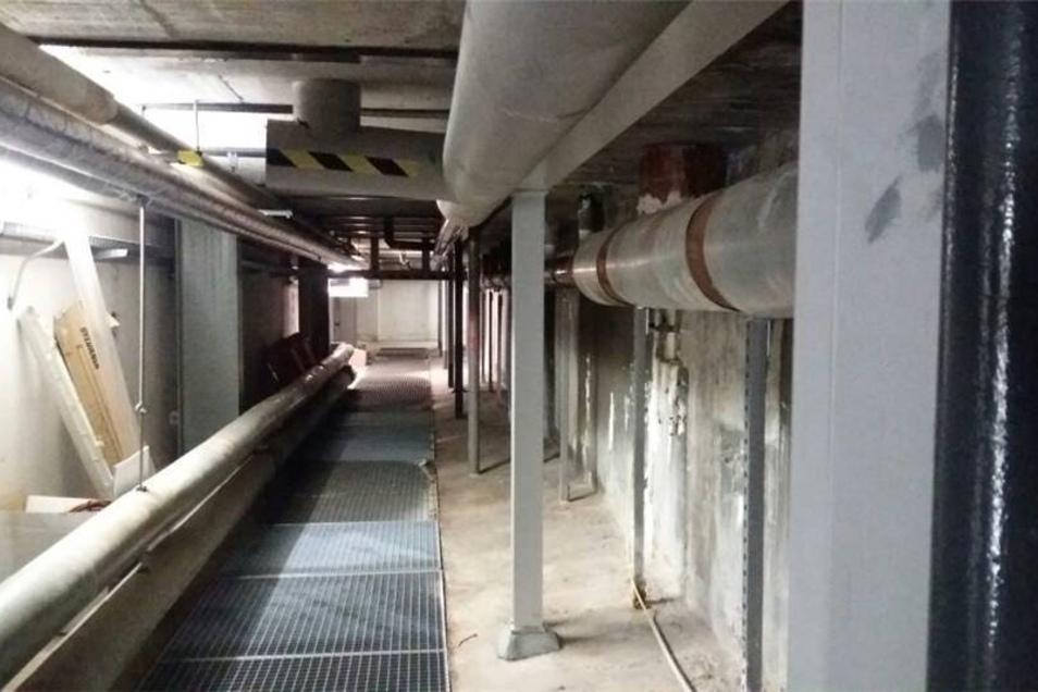 Die alte Schwimmhalle bleibt bis zur Eröffnung nutzbar - trotz statischer Mängel. Das Foto zeigt Stützbalken im Keller des Gebäudes, mit denen das Becken stabilisiert wird.