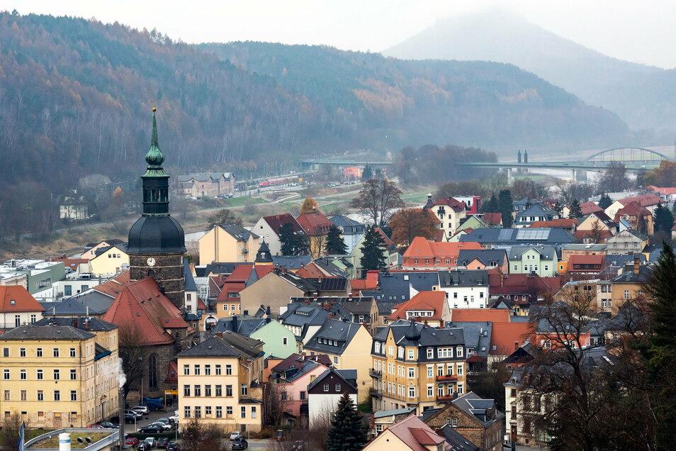 Blick auf Bad Schandau im Herbst, im Hintergrund der Lilienstein: Die Kurstadt zählt die meisten Übernachtungen in der Sächsischen Schweiz.