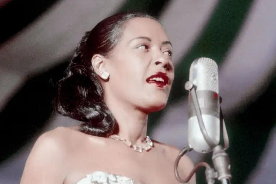 Die echte Billie Holiday verzauberte durch eine völlig neue Gesangskunst im Jazz der Swing-Ära. Ihre Schönheit, ihr Charme und ihr Charisma wirkten überwältigend auf ihr Publikum und ließen nicht mal ahnen, welche Tragödien sich in ihrem jungen Leben scho