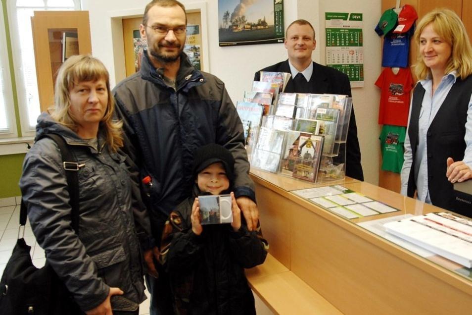 Familie Effenberger aus Nürnberg kaufte eine Fototasse im Soeg-Kundenbüro am Bahnhof.